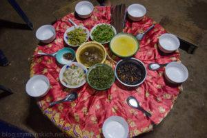 Wieczór i kolacja we wiosce ludzi Akha